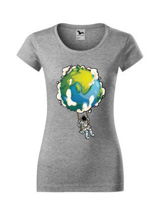 Damska koszulka z krótkim rękawem i nadrukiem astronauty na huśtawce z planety Ziemi. Krój slim-fit z dekoltem, kolor szary.