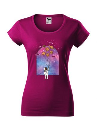 Damska koszulka z krótkim rękawem i nadrukiem astronauty trzymającego balony z planet. Koszulka w kroju slim-fit z dekoltem, w kolorze fuksja.