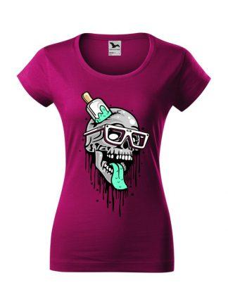 Damska koszulka z krótkim rękawem i komiksowym nadrukiem czaszki przebitej lodem na patyku. Koszulka o kroju slim-fit z dekoltem, w kolorze fuksja.