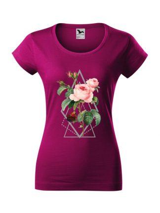 Damska koszulka z krótkim rękawem i kolorowym nadrukiem róży w stylu boho. Krój slim-fit, kolor fuksja.