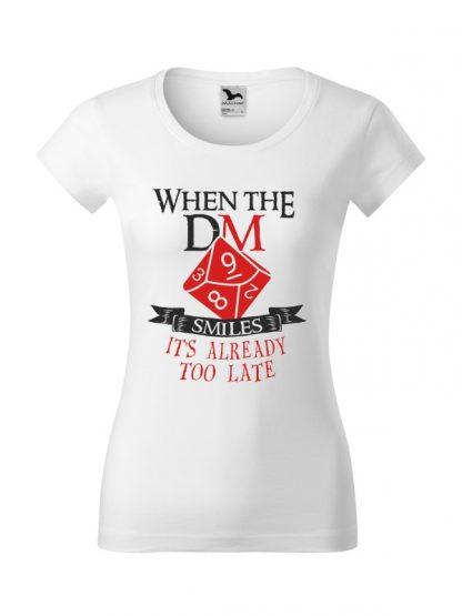 Damska koszulka z krótkim rękawem i napisem When The Dungeon Master Smiles It's Already Too Late. Krój slim-fit, kolorowy nadruk, koszulka w kolorze białym.