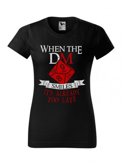 Damska koszulka z krótkim rękawem i napisem When The Dungeon Master Smiles It's Already Too Late. Krój standardowy, kolorowy nadruk, koszulka w kolorze czarnym.