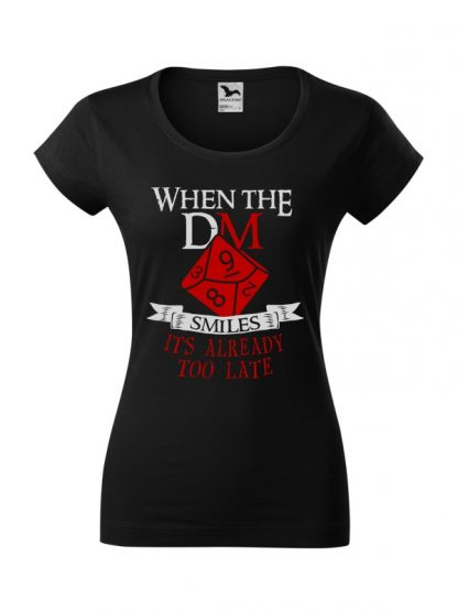 Damska koszulka z krótkim rękawem i napisem When The Dungeon Master Smiles It's Already Too Late. Krój slim-fit, kolorowy nadruk, koszulka w kolorze czarnym.