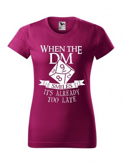 Damska koszulka z krótkim rękawem i napisem When The Dungeon Master Smiles It's Already Too Late. Krój standardowy, biały nadruk, koszulka w kolorze fuksja.