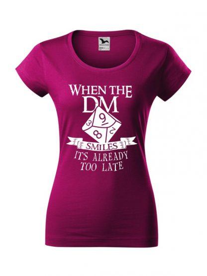 Damska koszulka z krótkim rękawem i napisem When The Dungeon Master Smiles It's Already Too Late. Krój slim-fit, biały nadruk, koszulka w kolorze fuksja.