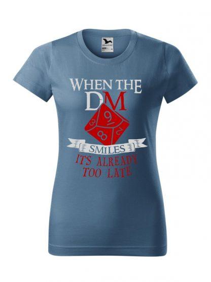 Damska koszulka z krótkim rękawem i napisem When The Dungeon Master Smiles It's Already Too Late. Krój standardowy, kolorowy nadruk, koszulka w kolorze jeans.