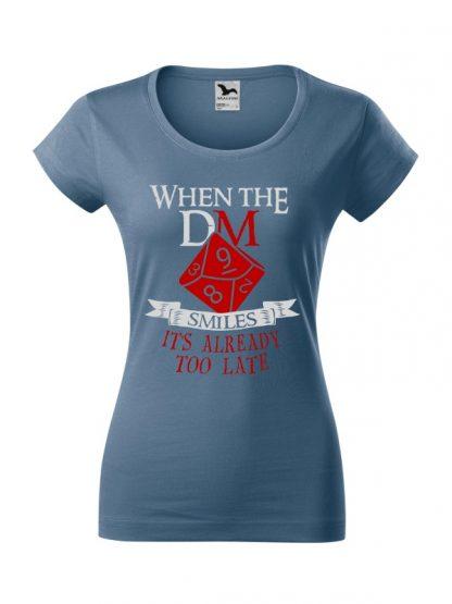 Damska koszulka z krótkim rękawem i napisem When The Dungeon Master Smiles It's Already Too Late. Krój slim-fit, kolorowy nadruk, koszulka w kolorze jeans.