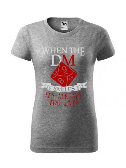Damska koszulka z krótkim rękawem i napisem When The Dungeon Master Smiles It's Already Too Late. Krój standardowy, kolorowy nadruk, koszulka w kolorze szarym.