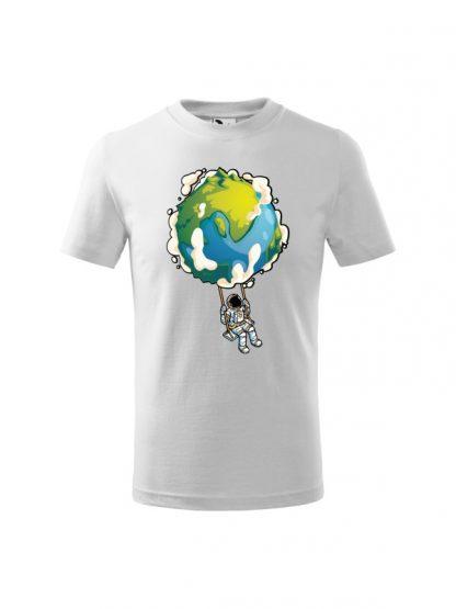 Dziecięca koszulka z krótkim rękawem i nadrukiem astronauty na huśtawce z planety Ziemi. Koszulka biała.