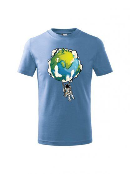 Dziecięca koszulka z krótkim rękawem i nadrukiem astronauty na huśtawce z planety Ziemi. Koszulka błękitna.
