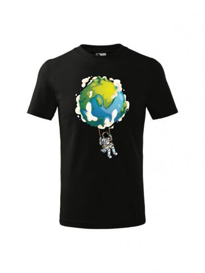 Dziecięca koszulka z krótkim rękawem i nadrukiem astronauty na huśtawce z planety Ziemi. Koszulka czarna.