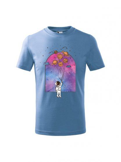 Dziecięcia koszulka z krótkim rękawem i nadrukiem astronauty trzymającego balony z planet. Kolor błękitny.