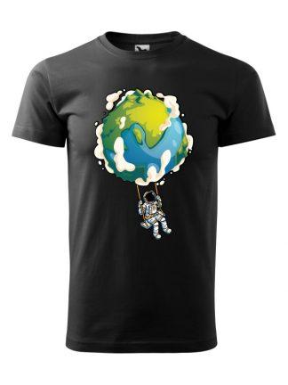 Męska koszulka z krótkim rękawem w kolorze czarnym, z nadrukiem astronauty na huśtawce z planety Ziemi.