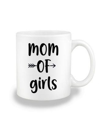 Biały kubek ceramiczny z czarnym napisem Mom Of Girls. Nadruk dwustronny.