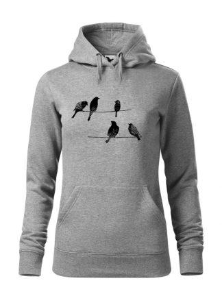 """Szara bluza damska z rysunkową grafiką ptaków siedzących na linii wysokiego napięcia. Bluza typu """"kangur"""" z kapturem. Nadruk czarny."""