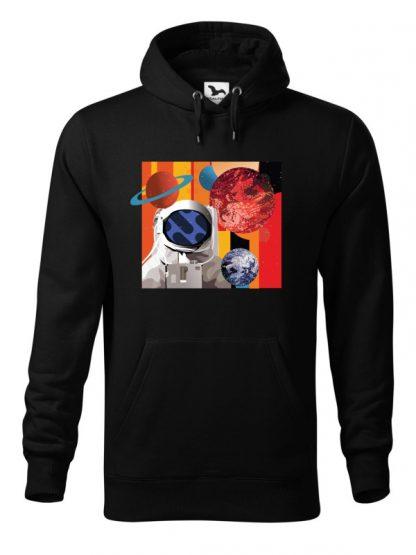 """Czarna bluza męska z kolorowym nadrukiem astronauty otoczonego planetami. Bluza typu """"kangur"""" z kapturem."""