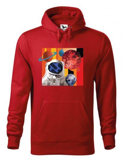 """Czerwona bluza męska z kolorowym nadrukiem astronauty otoczonego planetami. Bluza typu """"kangur"""" z kapturem."""