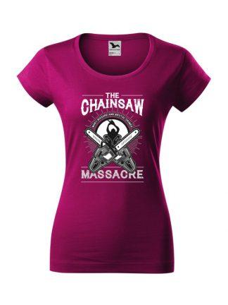 Damska koszulka z krótkim rękawem i czarno-białym nadrukiem The Chainsaw Massacre. Krój slim-fit z dekoltem, kolor fuksja.