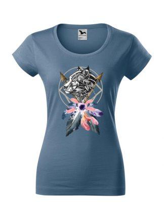 Damska koszulka z krótkim rękawem i kolorowym nadrukiem wilka w stylu boho. Krój slim-fit z dekoltem, kolor jeans.