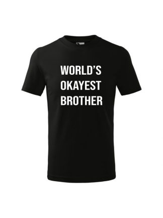 Dziecięca koszulka z krótkim rękawem i białym napisem World's Okayest Brother. Koszulka czarna.