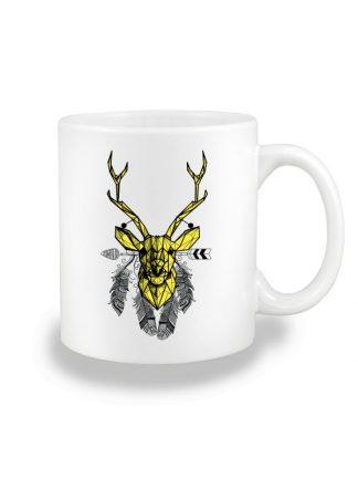 Biały kubek ceramiczny z geometrycznym nadrukiem jelenia w stylu boho. Żółty jeleń otoczony piórami. Nadruk dwustronny.
