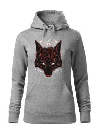 """Szara bluza damska z czarnym motywem wilka oraz napisem We Are Freaks. Bluza typu """"kangur"""" z kapturem."""