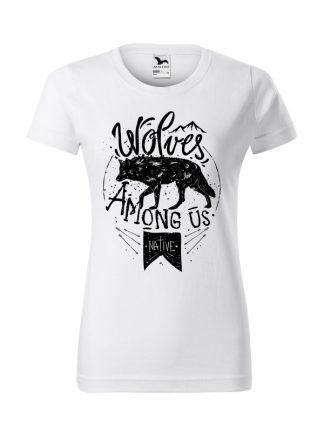 Damska koszulka z krótkim rękawem i czarnym nadrukiem wilka oraz napisem Wolves Among Us. Koszulka o kroju standardowym, w kolorze białym.