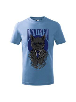 Dziecięca koszulka z krótkim rękawem i wizerunkiem kota w garniturze i okularach oraz napisem Nightplay. Koszulka błękitna.