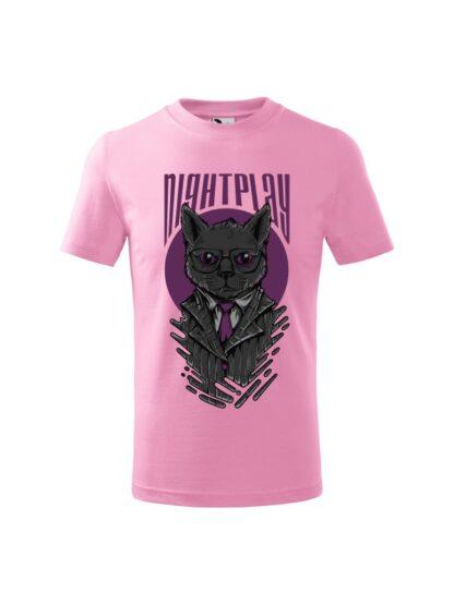 Dziecięca koszulka z krótkim rękawem i wizerunkiem kota w garniturze i okularach oraz napisem Nightplay. Koszulka różowa.