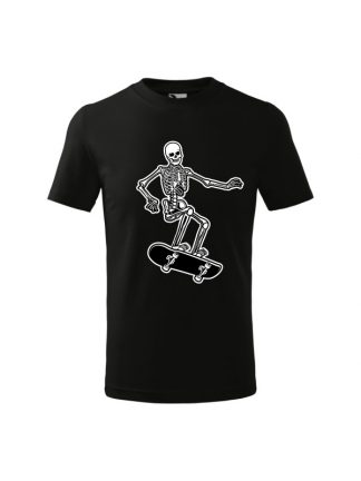 Dziecięca koszulka z krótkim rękawem i czarno-białym nadrukiem szkieleta jadącego na deskorolce. Koszulka czarna.