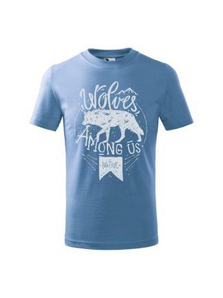 Dziecięca koszulka z krótkim rękawem i jasnoniebieskiem nadrukiem wilka oraz napisem Wolves Among Us. Koszulka błękitna.