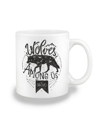Biały kubek ceramiczny z czarnym nadrukiem wilka oraz napisem Wolves Among Us. Nadruk dwustronny.