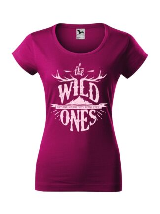 Damska koszulka z krótkim rękawem i stylizowanym napisem The Wild Ones, Nothing Wrong With Being Free. Koszulka o kroju slim-fit z dekoltem, w kolorze fuksja.