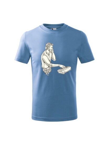 Dziecięca koszulka z krótkim rękawem i czarno-białym nadrukiem DJ'a podczas pracy przy konsolecie. Koszulka błękitna.