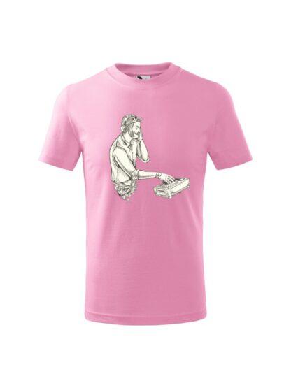Dziecięca koszulka z krótkim rękawem i czarno-białym nadrukiem DJ'a podczas pracy przy konsolecie. Koszulka różowa.