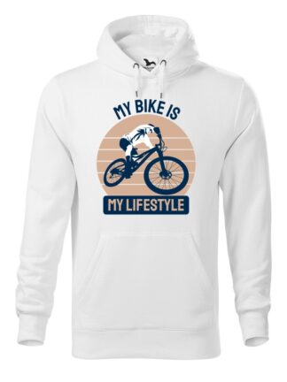 """Biała, wkładana bluza męska typu """"kangur"""", z kolorowym nadrukiem kolarza MTB oraz napisem My Bike Is My Lifestyle."""
