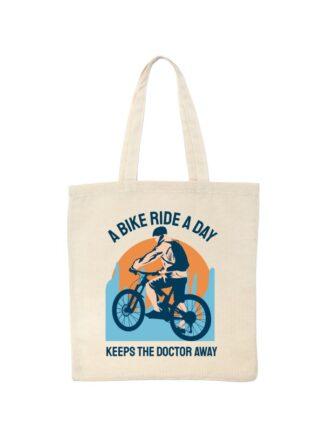 Ekotorba bawełniana w kolorze ecru z kolorowym nadrukiem kolarza MTB oraz napisem A Bike Ride A Day Keeps The Doctor Away.