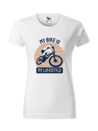 Biała koszulka damska z krótkim rękawem. Kolorowy nadruk kolarza MTB oraz napis My Bike Is My Lifestyle.