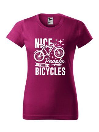 Fuksjowa koszulka damska z krótkim rękawem. Grafika z rowerem oraz czarnym napisem Nice People Ride Bicycles.