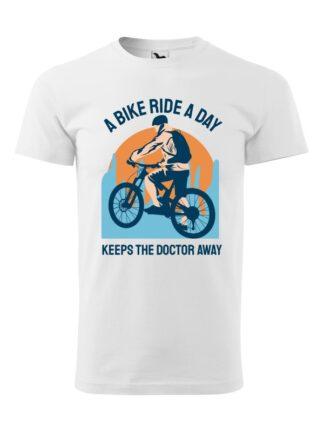 Biała koszulka męska z krótkim rękawem. Kolorowy nadruk kolarza MTB oraz napis A Bike Ride A Day Keeps The Doctor Away.