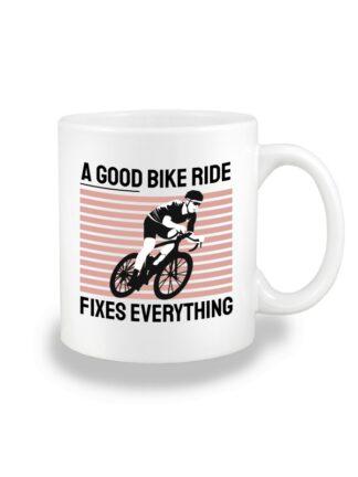 Biały kubek ceramiczny z kolorowym nadrukiem kolarza szosowego oraz napis A Good Bike Ride Fixes Everything.