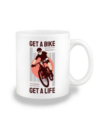 Biały kubek ceramiczny z kolorowym nadrukiem kolarza MTB oraz napisem Get A Bike, Get A Life.
