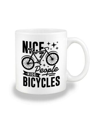 Biały kubek ceramiczny z grafiką roweru oraz czarnym napisem Nice People Ride Bicycles.