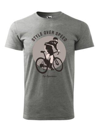 Szara koszulka męska z krótkim rękawem. Stonowany kolorystycznie nadruk kolarza szosowego oraz napis Style Over Speed, Top Experience.