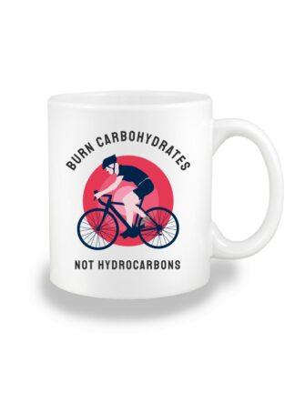 Biały kubek ceramiczny z kolorowym nadrukiem kolarza szosowego oraz napisem Burn Carbohydrates, Not Hydrocarbons.