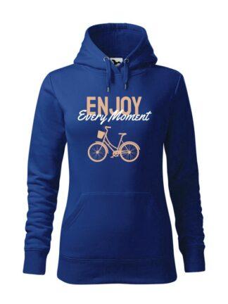 """Niebieska, wkładana bluza damska typu """"kangur"""". Beżowo-biały napis Enjoy Every Moment oraz rysunek roweru miejskiego."""