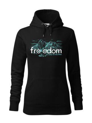 """Czarna, wkładana bluza damska typu """"kangur"""", z błękitnym nadrukiem roweru MTB wkomponowanym w napis Freedom. W tle rysunek kreskowy wysokich gór."""