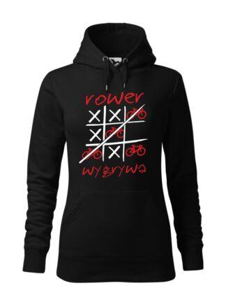 """Czarna, wkładana bluza damska typu """"kangur"""", z czerwono-białym nadrukiem Rower Wygrywa. Na nadruku ilustracja pola do gry w kółko i krzyżyk, z symbolem roweru zastępującym koło."""
