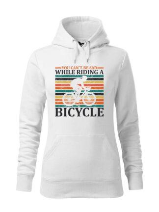 """Biała, wkładana bluza damska typu """"kangur"""", z nadrukiem kolarza szosowego na tle kolorowych pasów. Całość opatrzona napisem You Can't Be Sad While Riding A Bicycle."""