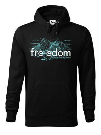"""Czarna, wkładana bluza męska typu """"kangur"""", z błękitnym nadrukiem roweru MTB wkomponowanym w napis Freedom. W tle rysunek kreskowy wysokich gór."""